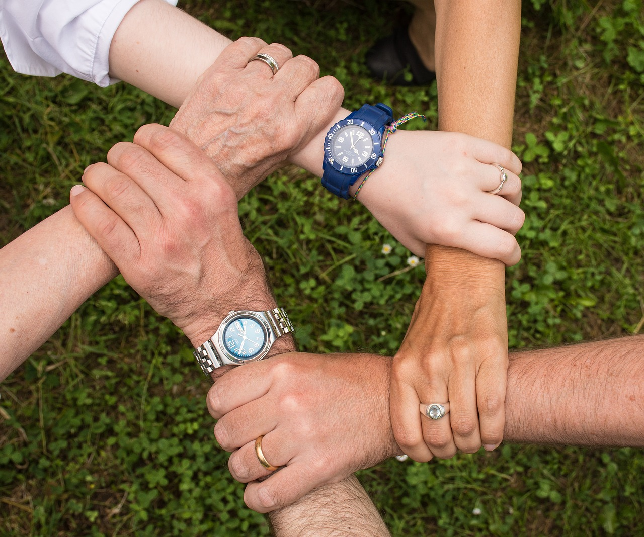 Pocos amigos, pero cercanos, la clave del bienestar para los adultos mayores en las redes sociales