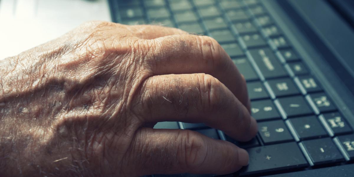 Los adultos mayores y la propagación de fake news